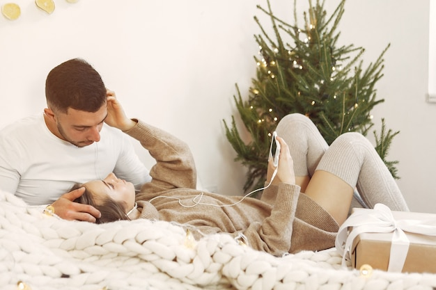 Le coppie trascorrono del tempo a casa con decorazioni natalizie
