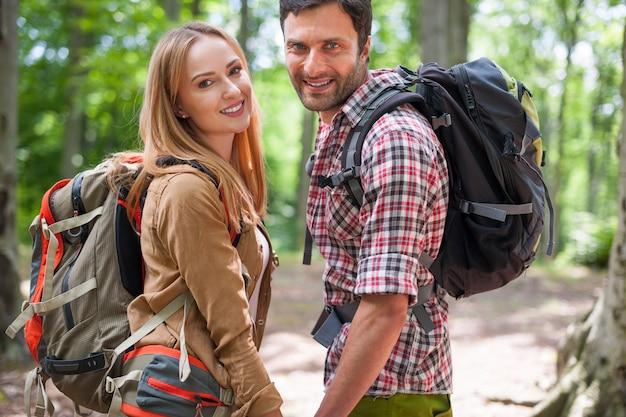 숲에서 맑은 날을 보내는 커플