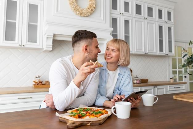 家で一緒に充実した時間を過ごすカップル