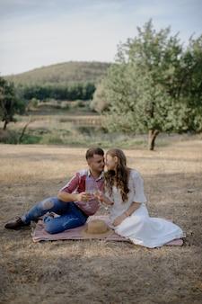 Пара проводит время в парке, на открытом воздухе на пикнике.