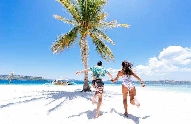 아름 다운 원격 열 대 섬에 시간을 보내는 커플. 휴가 및 라이프 스타일에 대한 개념.