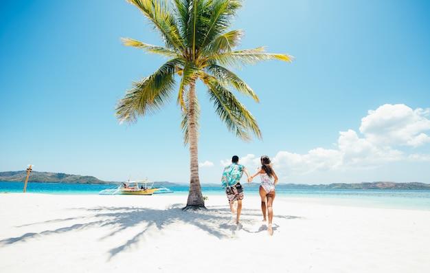 Пара проводить время на красивом отдаленном тропическом острове. понятие об отдыхе и образе жизни.