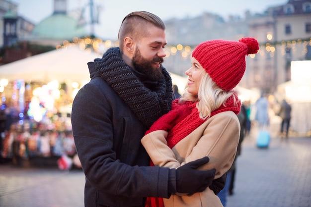 冬に屋外で過ごすカップル