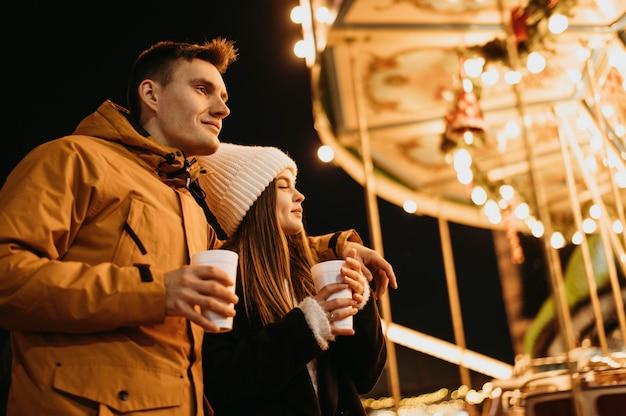 冬に一緒に時間を過ごすカップル