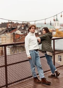 屋根の上で一緒に時間を過ごすカップル