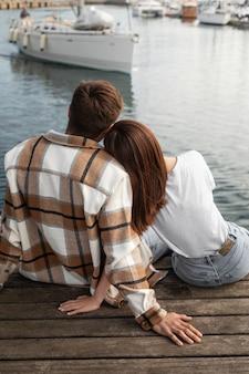 屋外で一緒に時間を過ごすカップル