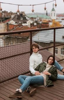 Coppia trascorrere del tempo insieme su un tetto