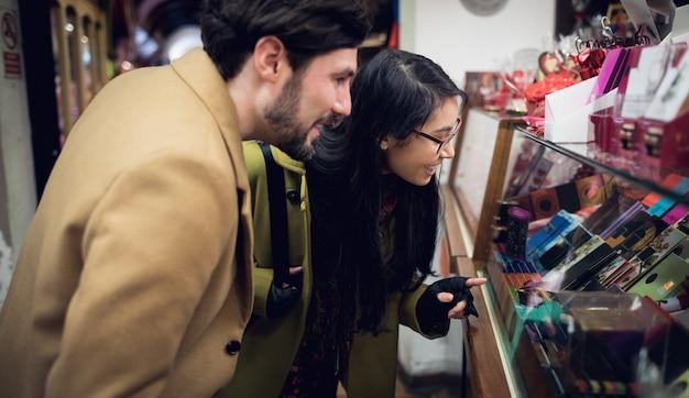 슈퍼마켓에서 선물 카운터에 서있는 커플