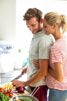 Пара стоит на кухне