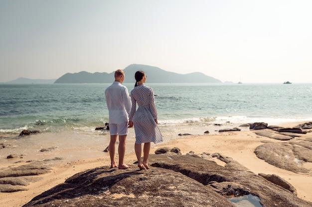 ビーチに立っているカップル