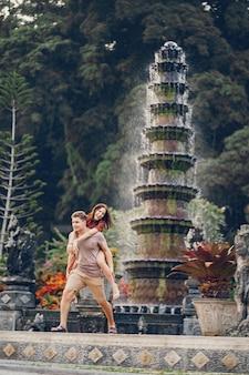 寺院の背景に立っているカップル
