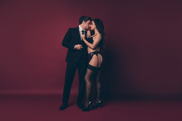 붉은 벽에 서있는 커플