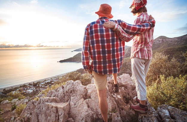 トルコの海岸の上に立っているカップル