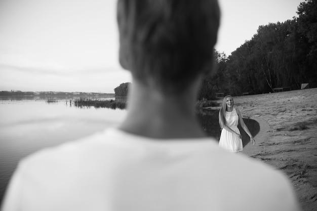 Coppia all'alba sulla spiaggia