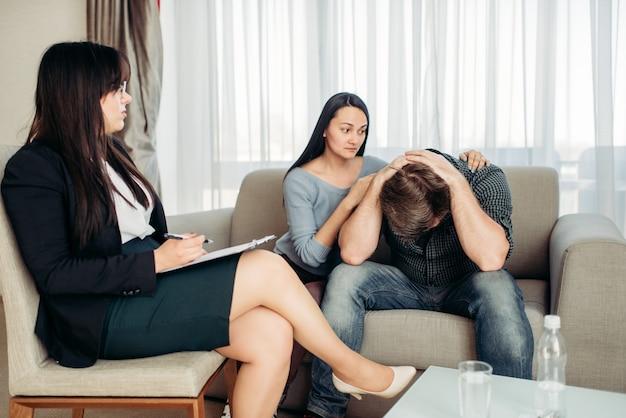 Пара ругается на психолога, семейную психологию