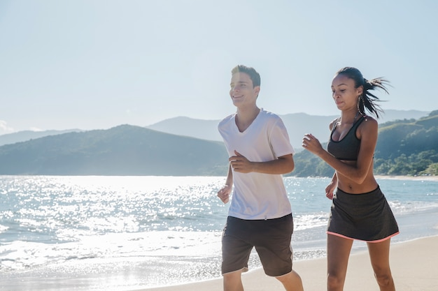 ビーチで汗を流しているカップル
