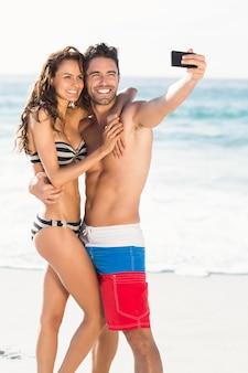 自撮り写真を撮るカップル