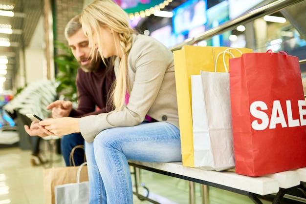 Пара отдыхает от покупок