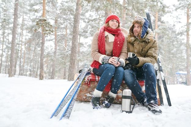 Пара отдыхает от лыж