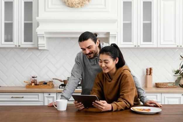 Пара, завтракающая на кухне