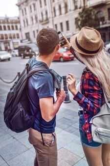 Пара, принимая фото города во время путешествия