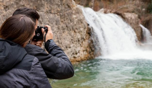 自然の写真を撮るカップル