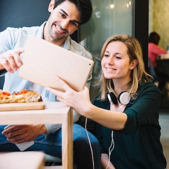Пара фотографировать вместе в кафе