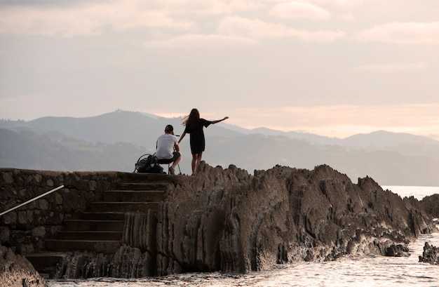 海岸で写真を撮るカップル