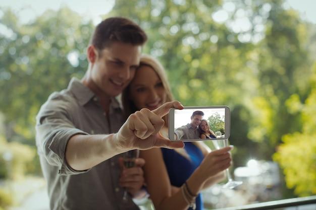 携帯電話でカップル撮影selfie