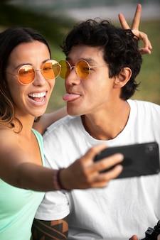 Coppia che si fa un selfie mentre viaggia in estate