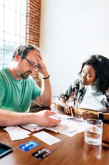 彼らの財政問題について話しているカップル