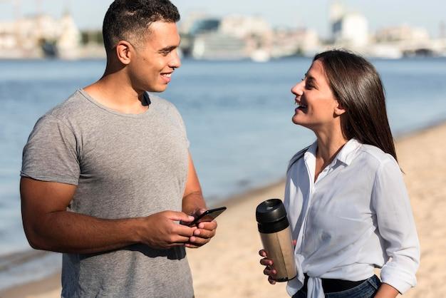 Coppie che parlano sulla spiaggia