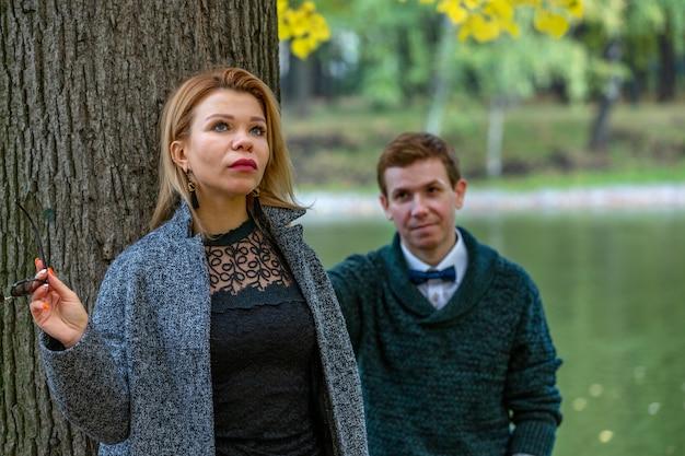 緑の背景を持つ公園で屋外真剣に話しているカップル