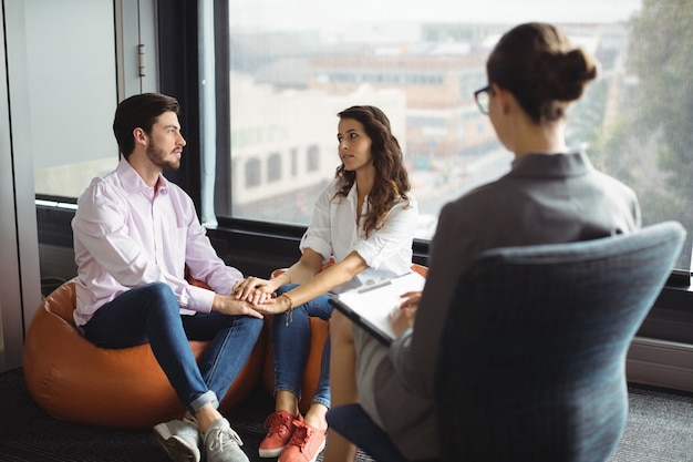 Пара разговаривает с консультантом по браку