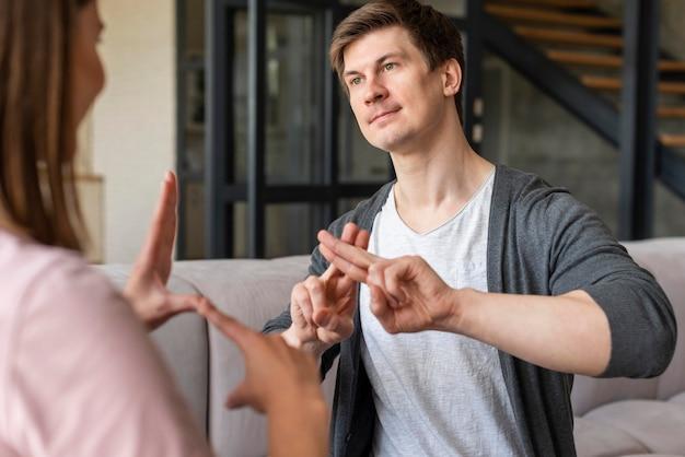 Пара разговаривает на языке жестов