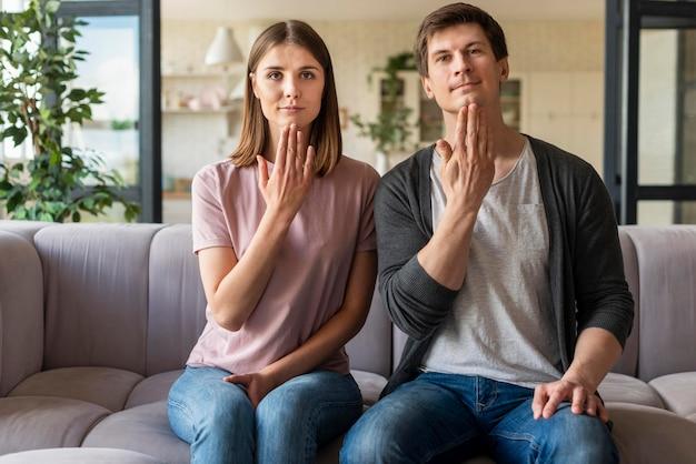 Coppia parlando usando il linguaggio dei segni