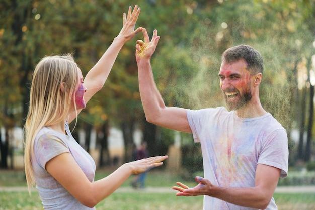 お互いに粉体塗料を投げるカップル