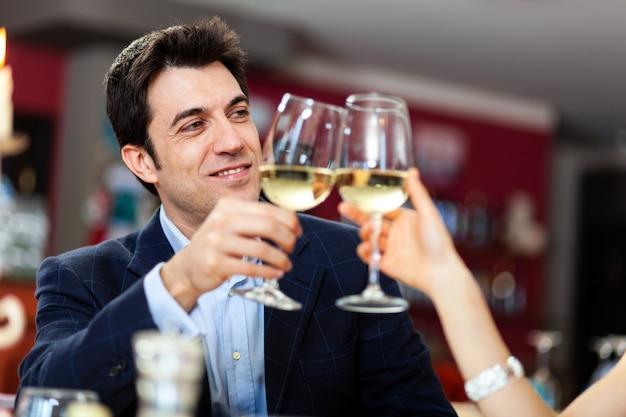 レストランでワイングラスを乾杯するカップル