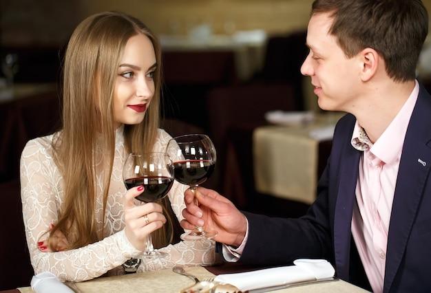 高級レストランでワイングラスを乾杯するカップル