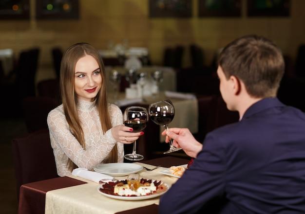 Пара тостов из бокалов в роскошном ресторане