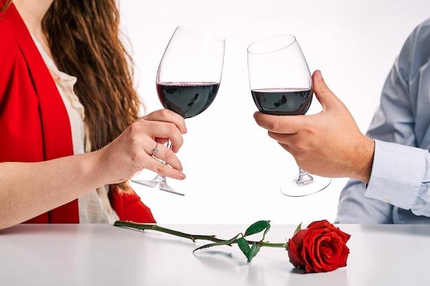 Пара тостов с бокалом вина вместе. концепция дня святого валентина и влюбленная пара.