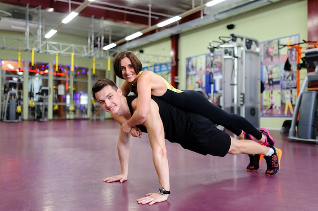 Couple together is being pressed in the gym