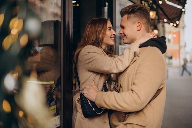 通りでクリスマスに一緒にカップル