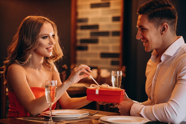 Пара вместе на день святого валентина в ресторане