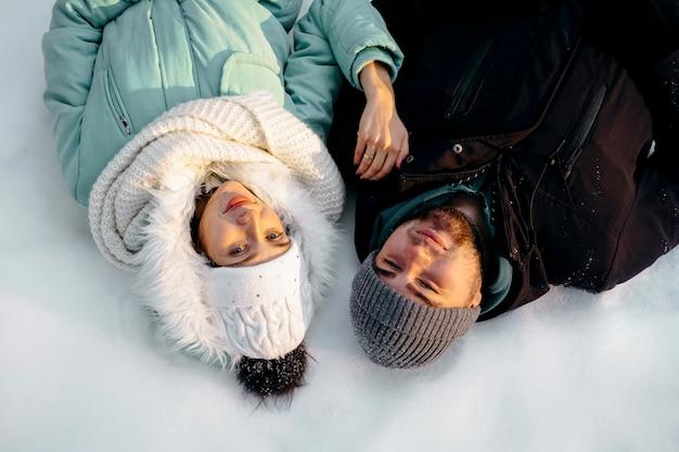 Coppia insieme all'aperto in inverno