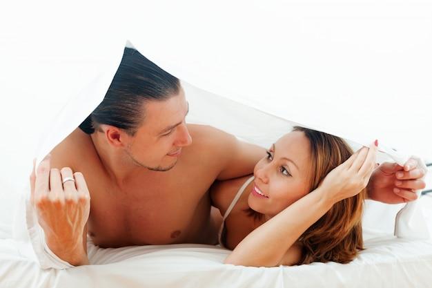 Coppia insieme sotto il lenzuolo