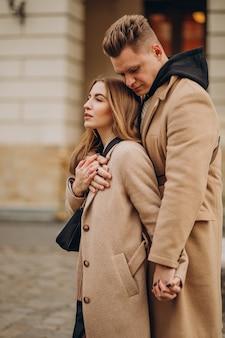 バレンタインデーに一緒に通りを歩いているカップル