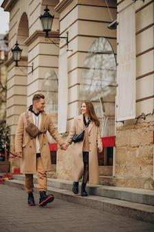 Пара вместе гуляет по улице в день святого валентина