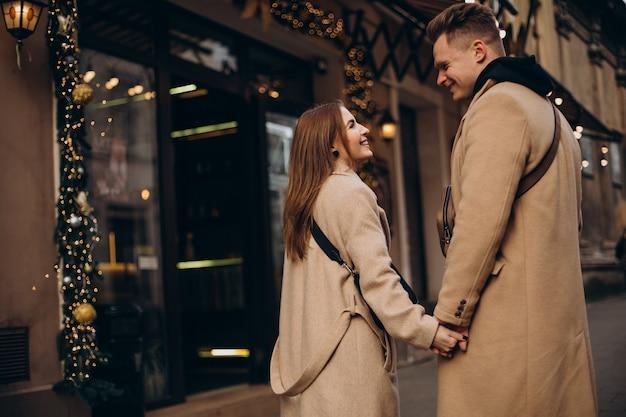 발렌타인 데이에 거리에서 함께 걷는 커플