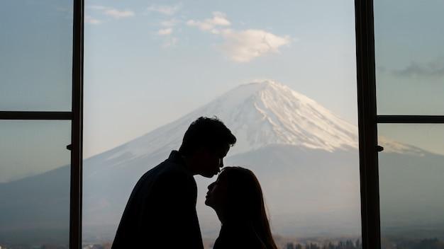 Пара туристов в сладкий момент на горе. фудзи, озеро кавагутико, япония.